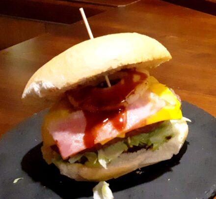 ¡Esta noche… Hamburguesa Hawaiana!