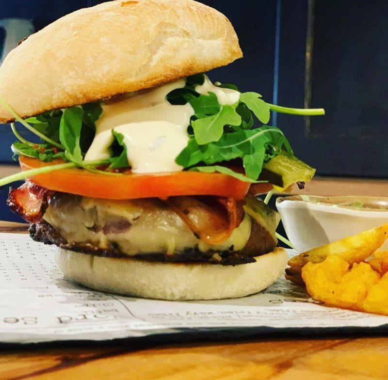 Buena compañía y hamburguesa – Café D´Morán